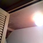 階段下収納の中に照明を取り付ける