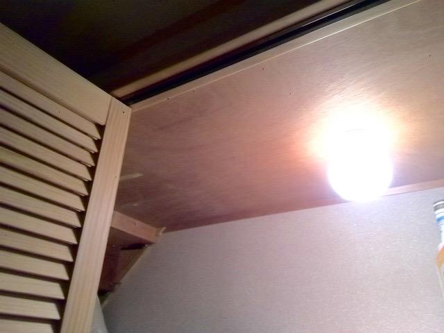 階段下収納の下に照明器具を取り付ける
