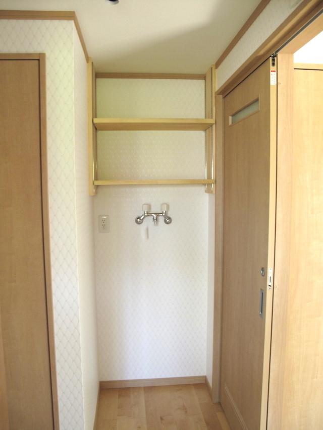洗濯機周りの収納の為、洗濯機上作り付け収納棚 ランドリーラック設置